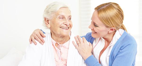 Vieille femme avec infirmière